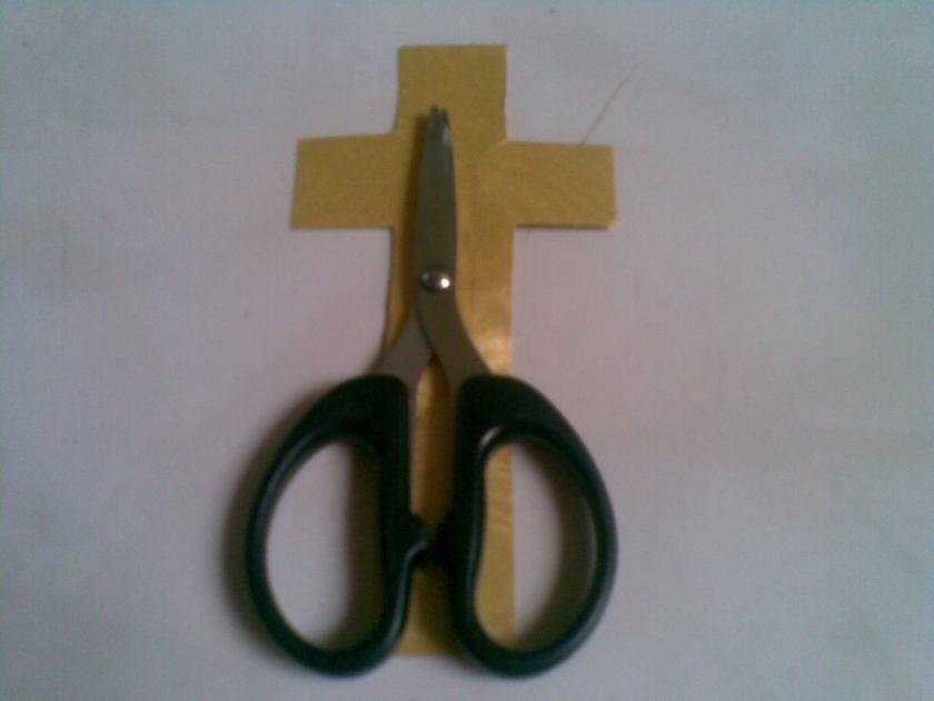 sematkan tanda salib di belakang gunting, jelaskan saat menggunting ikatan tali.