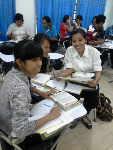 Suasana Diskusi Kurikulum Standart Alkitab pada seminar di GKII Makassar