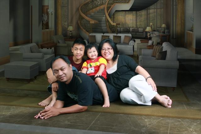 FOTO KELUARGA TERBARU SEBTEMBER 2012. TAHUN PENUH RAHMAT BUAT KELUARGA KAMI