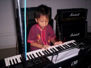 Salah satu murid keyboard saya sedang konser di Hotel Merdeka Madiun