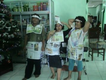 Suasana Pesta Jumbai Jalinan Kebenaran menggunakan media koran dan jumbai pada acara Reuni Keluarga Mariun