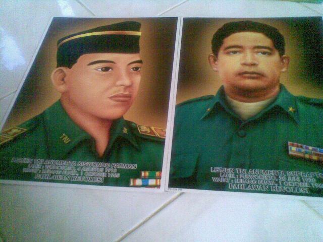 Contoh poster gambar besar pahlawan