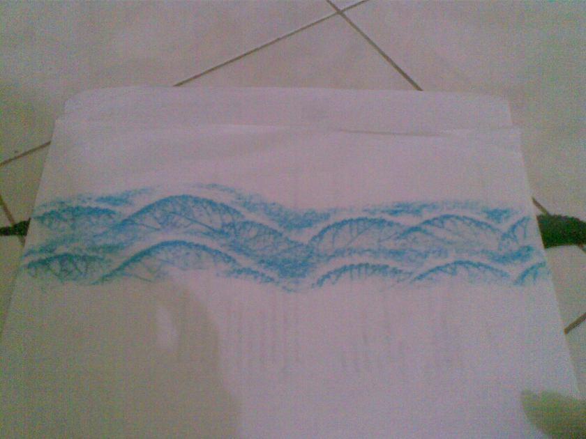 Buat gelombang ke dua, dengan cara menggeser kertas lembar atas ke bawah, gunakan daun yang 'mengintip' sebagai acuan.