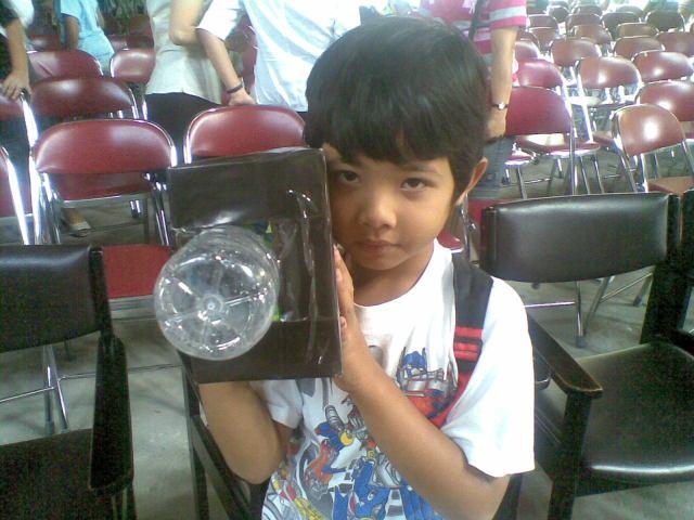 Kamera tiruan terbuat dari kotak sepatu bekas dan botol plastik