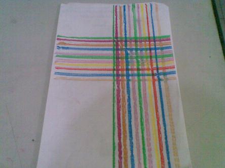 Membuat salib bertumpuk dengan aneka warna menjadi semacam anyaman unik.