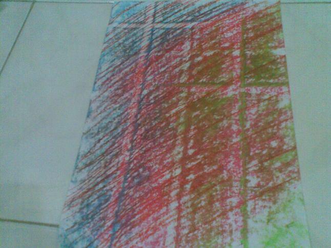Membuat beberapa salib dengan menggeser kertas dan menimpa warna satu sama lain.
