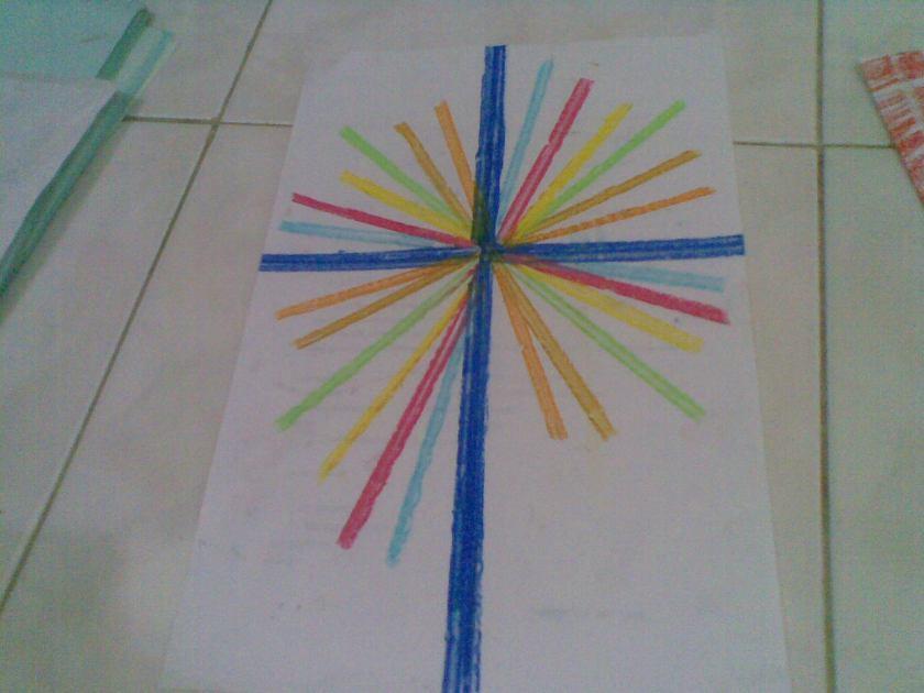 Menggores tepat di garis nat keramik, dan menggeser kertas untuk mendapatkan sinar lain, untuk membuat garis tebal biru, menambah goresan dengan menggeser kertas sedikit demi sedikit.