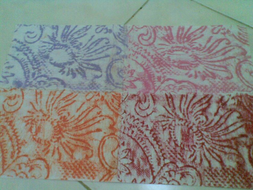 lipat kertas menjadi empat bagian simetris, jiplak dari tempat yang sama untuk mendapatkan pengulangan pola kembar.