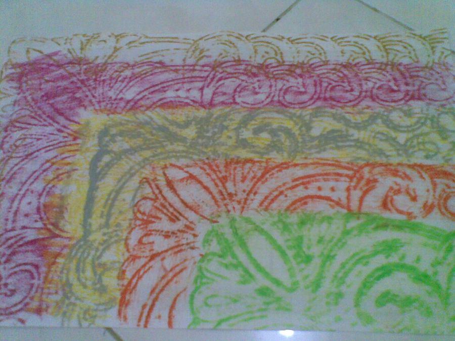 ambil pinggirannya saja dari  taplak timbul atau kain brokart, geser kertas untuk mendapatkan motif bertumpuk ini.