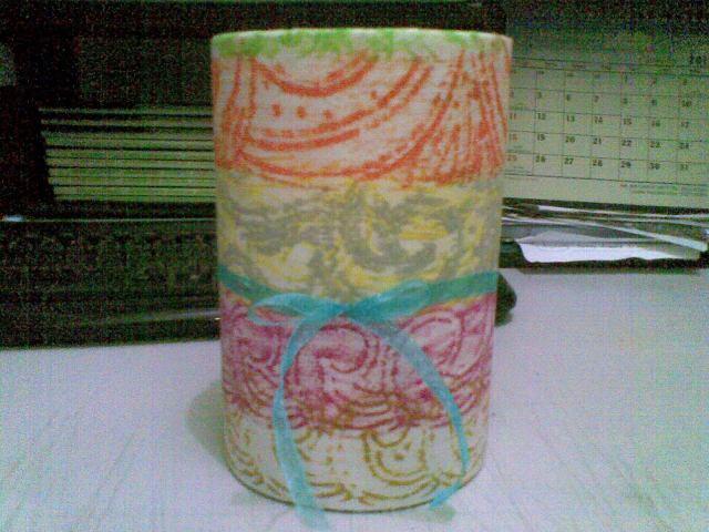 lilitkan kertas batik ini pada kaleng, sambung kedua ujungnya dengan selotip, lipat ke dalam tabung sisa kertas, bubuhkan hiasan pita sesuka anda.