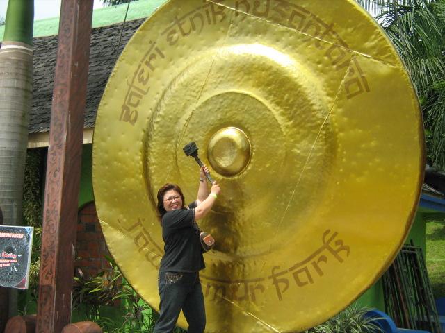 """""""Ada bayangan tubuh kakak saat memukul gong raksasa...."""" Mari isi hidup kita yang singkat dengan menggemakan KASIH TUHAN."""