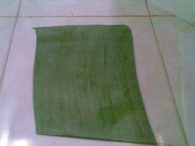 potong-potong daun pisang boleh lebih kecil dari kertas, ataupun melebihi ukuran kertas.