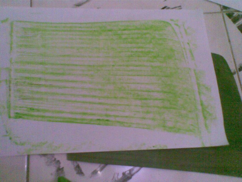 Anda boleh memilih daun yang tidak seukuran kertas penuh, taruh daun di bawah kertas, dan goreskan cryon SEARAH dengan arah arsiran daun, jika ada kesulitan mempertahankan kertas tidak geser, gunakan penjepit kertas, pilih cryon yang warna terang, sehingga bisa diberi tulisan dengan warna gelap nantinya.