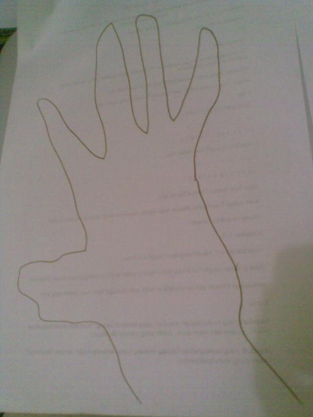 gambar siluet bayangan tangan yang terlihat memanjang karna pengaruh arah sinar.