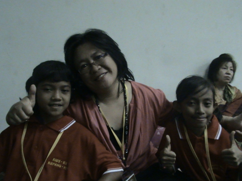 BERPOSE BERSAMA ANAK-ANAK EE KIDS/ PENGINJIL CILIK YANG LUAR BIASA,  DI NCWC 2012 SENAYAN JAKARTA..