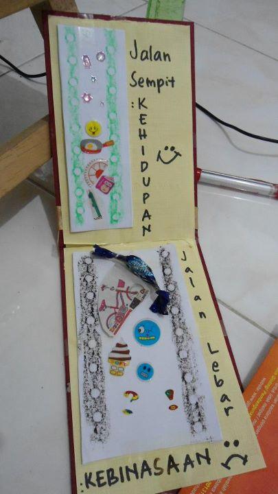 Kartu bikinan Kak Trifena Caroline Manurung dan dikerjakan bersama anak-anak: Maria Mikha dan sartika. Gambar diambil dari iklan Carrefour, dan bekas bungkus bonbon.