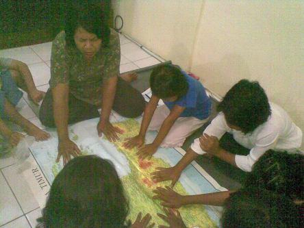 Setiap kelompok dibimbing oleh seorang guru