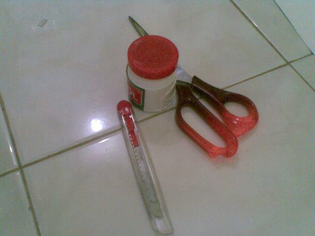 Gunting, lem dan cutter adalah alat yg harus disiapkan