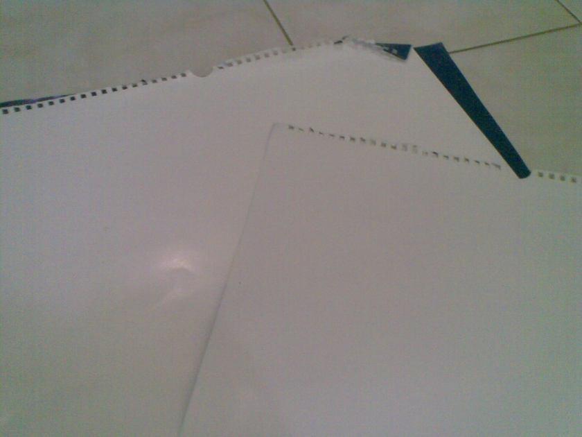 Siapkan tanggalan bekas, atau cover sebuah buku bekas  atau majalah bekas