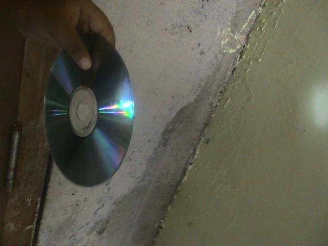 CARA PERTAMA MENYOROT LANGSUNG KE KEPING CD, LIHAT HASIL WARNA PELANGI PADA PLAT CD.
