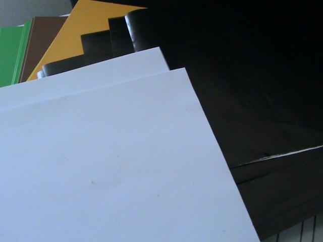 warna putih juga kita potongkan dari kertas print biasa dengan ukuran yang sama dengan ukuran kertas lipat lainnya