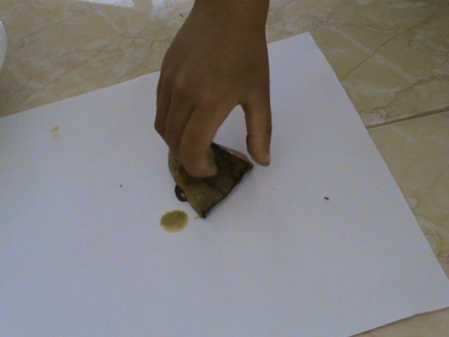 kulit pisang juga bisa jadi cap, kulit ini saya potong dahulu agar tidak terlalu susah memegang dan menempelkannya