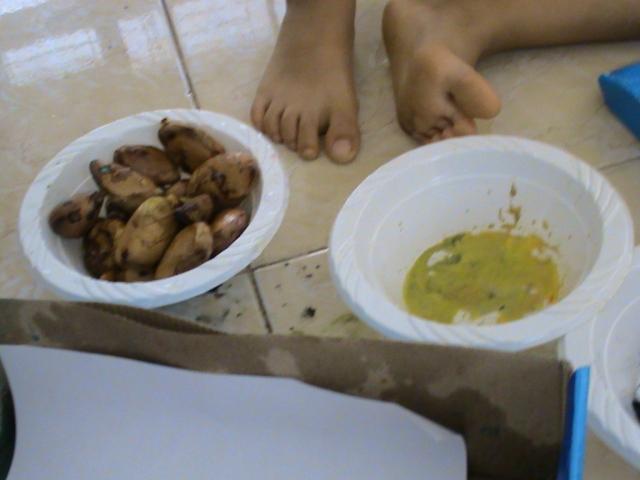 celupkan biji durian atau biji apa saja pada cat air lalu masukkan dalam doos sepatu dan goncangkan