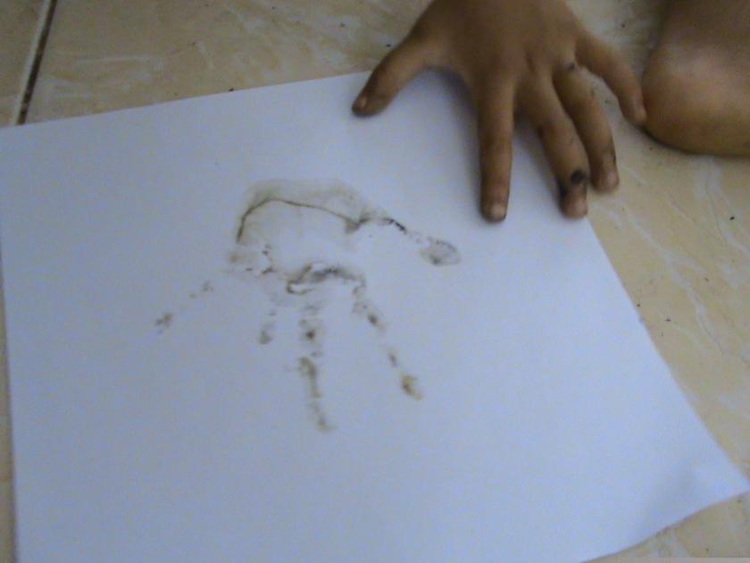 Ide cap tangan ini dari Melody sendiri untuk menghabiskan cat cat yang ada