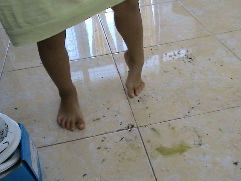 kalau takut jari-jemari kotor anak anak tidak akan kreatif, biarkan mereka berkotor ria, nanti setelahnya kita ajak cuci tangan