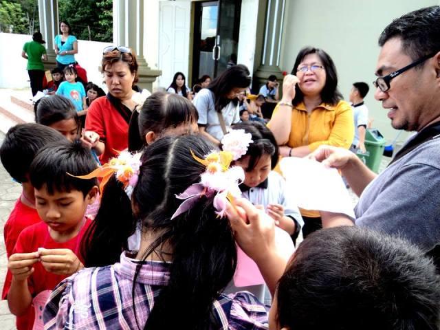 terlihat Bpk Pdt Andi Marzuki ikut-ikutan semangat menjaga pos Balon...seru juga melihat gembala yang antusias melihat anak-anak kami  bertumbuh dalam memperkatakan Firman Tuhan...