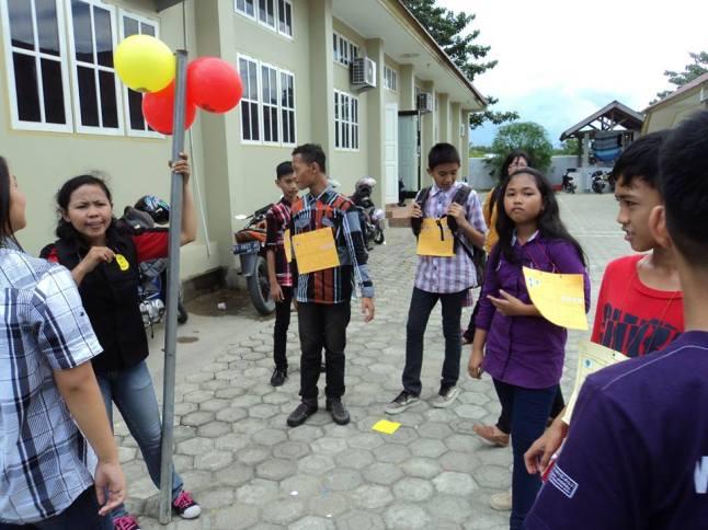 tampak anak-anak antusias di pos balon