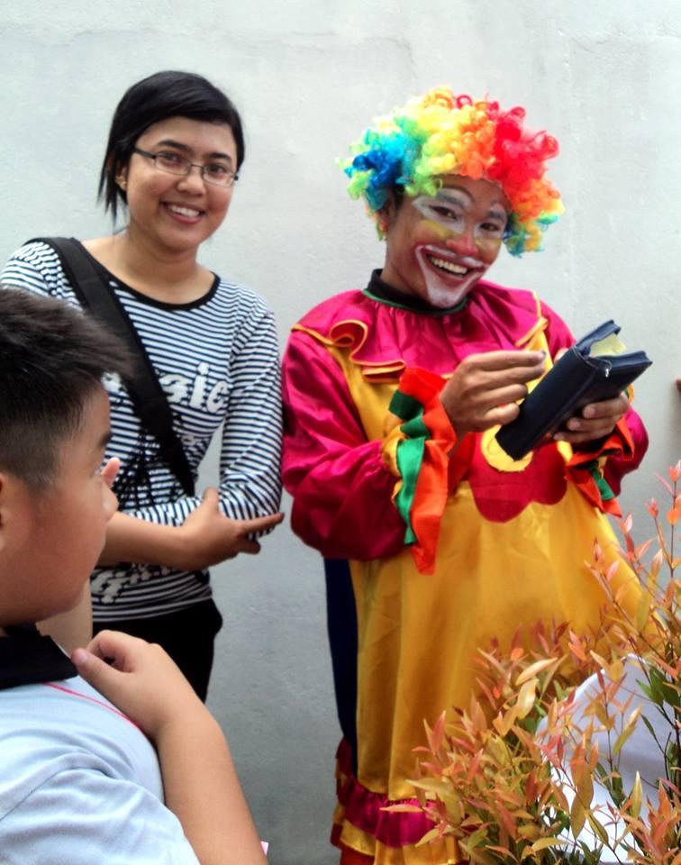 Salah satu guru Kak Juwita Krisdinar berpose bersama pak badut..