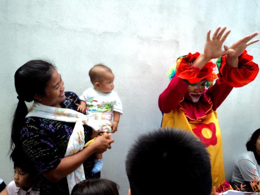 bayi bayi pun ikutan heboh dengan pak badut