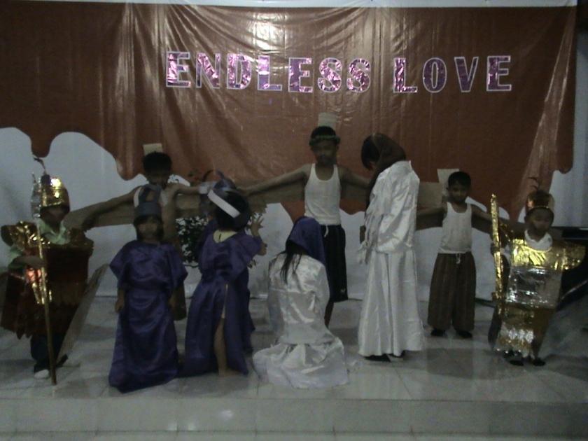 Kelompok 6 di bawah asuhan Ibu Ellen Djohan dengan thema Yesus Disalib, meraih juara I