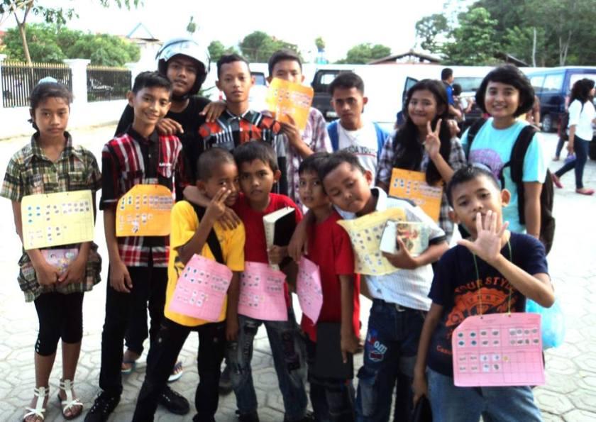 rombongan dari GBI Bethesda Kendari, guru dan murid bersama-sama semangat !