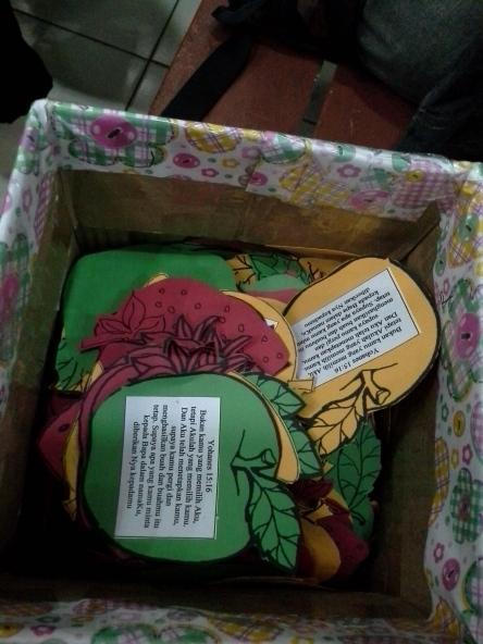 kartu buah siap dibagikan pada pengunjung