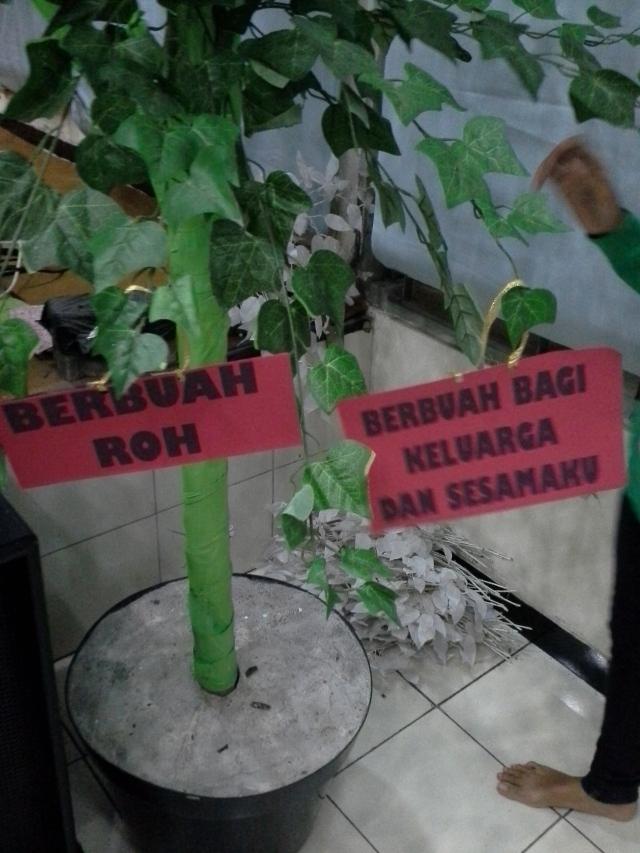 tulisan tulisan yang diberi tali siap digantungkan pada satu pohon dekorasi !
