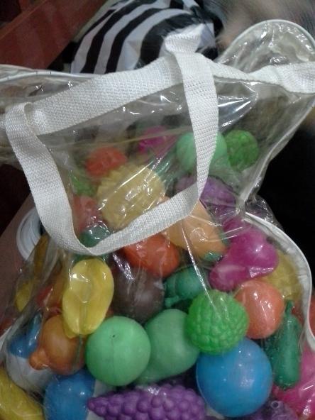 Beli buah seperti ini di toko mainan anak, murah dan jenisnya bermacam-macam, anda bisa merangkainya dengan paduan warna yang cantik