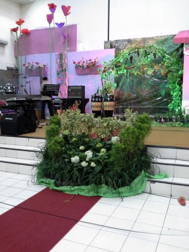 lengkap dengan tanaman hias di tengah panggung