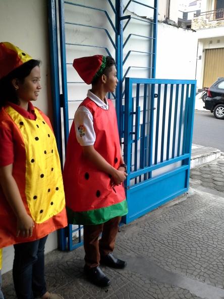 tampak para usher menyambut yang datang dengan kostum buah