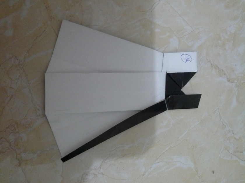 23. lipat sayap kanan ke arah tengah, buka hasil lipatan cubitan tadi sehingga tertindis sampai ke bawah