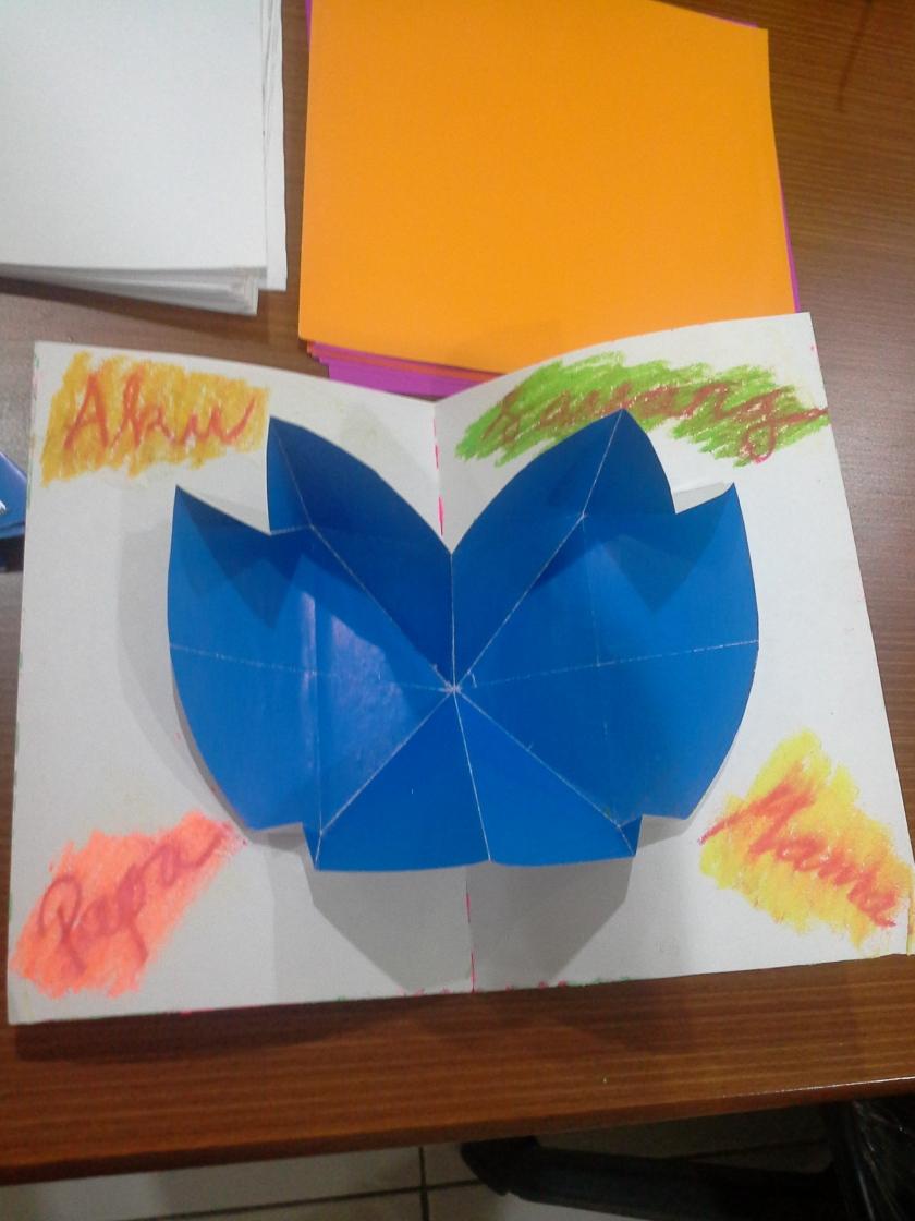 HEART POP ART CARD dalam posisi setengah terbuka