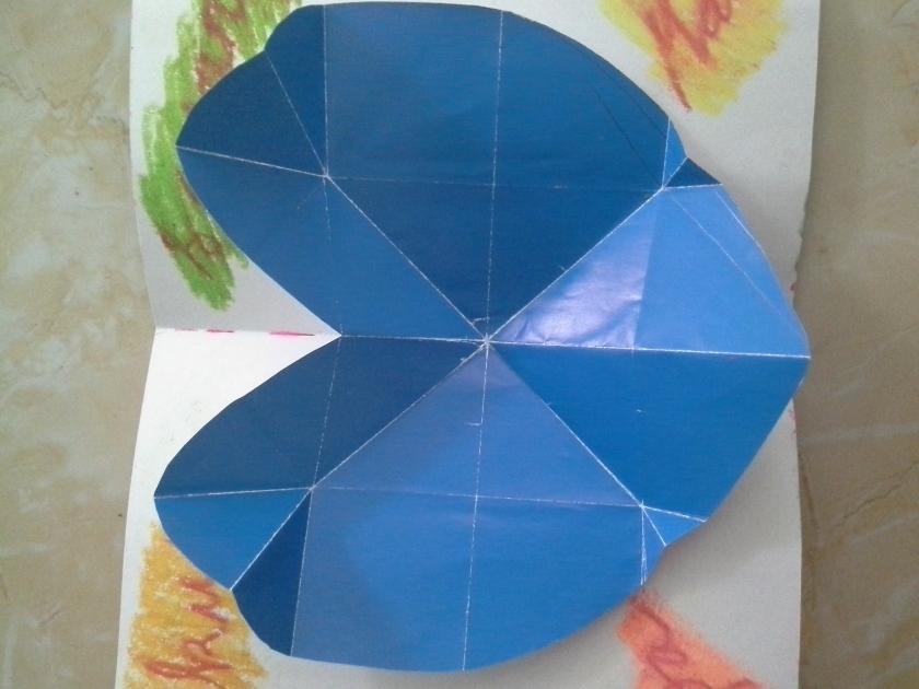 Tempelkan kertas betuk hati  yang telah dilem tadi pada  kartu anda. Ukuran kartu saya yang saya pakai dalam foto ini adlaah 1/2 pholio lipat dua, dan ukuran kertas origami yang paing besar . Untuk ukuran anda bisa modifikasi sendiri ya