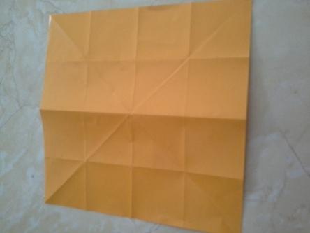 Cara membuatnya? Kita akan buat lipatan seperti ini pada kertas origami yang langkah-langkahnya akan saya jelaskan satu demi satu pada foto foto berikutnya