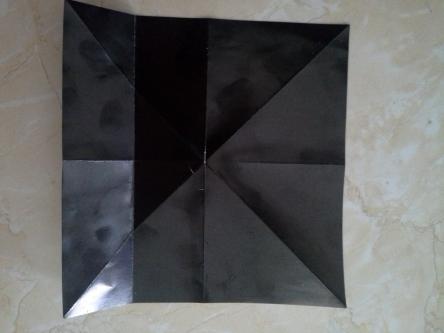 lipat keempat sisinya pada arah batas garis tengah