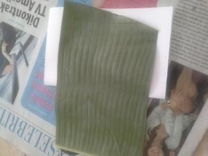 Ukur kertas dengan tingkat kelebaran daun yang akan kita potong. Ingat, Serat daun akan kita buat mendatar, bukan vertikal, karena pada bentuk hati nanti, serat daun yang terjiplak akan menjadi garis-garis untuk menulis