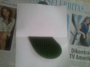 letakkan bentuk hati yang sudah dilipat pada kertas yang juga sudah dilipat. Posisikan pada tengah kertas