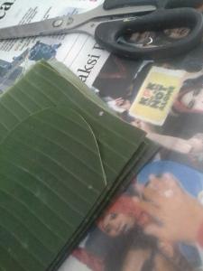 Cara menggunting bisa sekaligus, tumpuk dulu lipatan daun, dan gunting sesuai dengan pola contoh