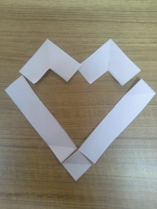 Bentuk hati yang kita buat pada tulisan i love Jesus ini, akan berbeda dengan bentuk hati yang pertama pada tulisan Jesus Love U di atas tadi. Teliti lagi penyusunan potongan kertas -kertasnya