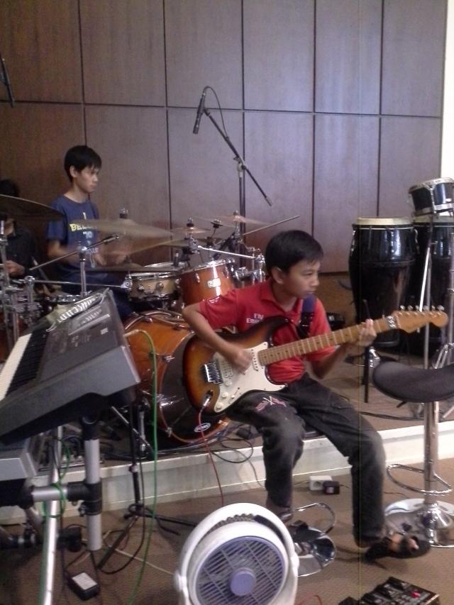 tampak anak remaja juga ikut gabung melayani Tuhan di tim musik